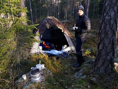 """""""Työn alla."""" Metsot ja teeret saivat Elmerin kameroineen metsän piiloon."""