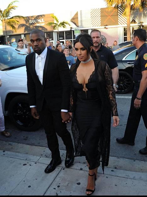Kim Kardashian West ja Kanye West saapuivat yhdessä ystäväpariskuntansa häihin.