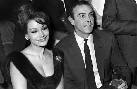Claudine Auger ja Sean Connery juhlivat Thunderball-elokuvan ensi-iltaa vuonna 1965.
