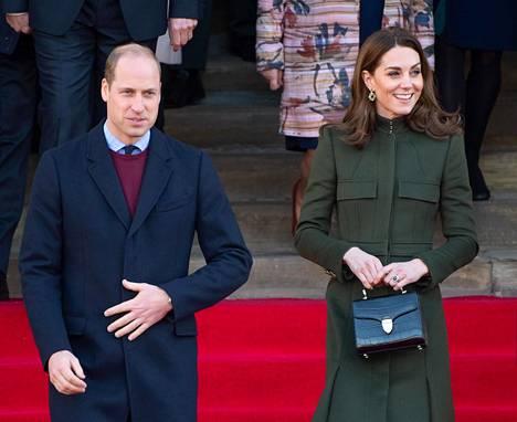 Cambridgen herttuapari astui keskiviikkona ensimmäistä kertaa julkisuuteen brittihovia ravistelleen kohun jälkeen.