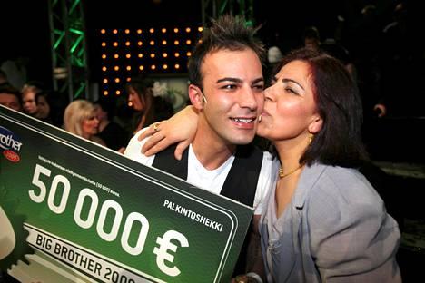 BB-Ason äiti onnitteli miestä voiton napsahdettua kotiin Big Brotherista vuonna 2009.