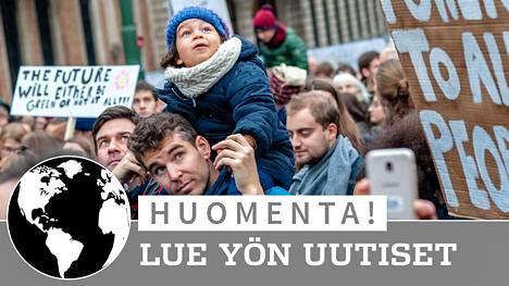 Ihmiset marssivat ilmaston puolesta Belgian pääkaupungissa Brysselissä sunnuntaina, päivää ennen Puolassa alkavaa ilmastokokousta.
