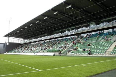 Koronarajoituksista johtuen yleisöä sai kesäkuun lopussa olla koko stadionilla maksimissaan 500 ihmistä. Heinäkuun alusta alkaen ihmisiä saa olla 500 yhtä katsomonlohkoa kohden. Kuva Suomen cupin välieräottelusta FC Inter - FC Lahti.