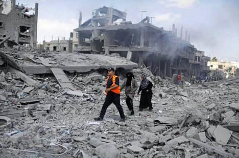 Palestiinalaiset palasivat katsomaan talojaan Beit Hanounissa.