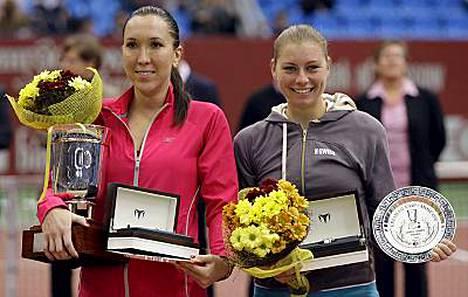 Jelena Jankovic (vas.) pieksi Moskovan-turnauksen finaalissa emäntämaan Vera Zvonarevan.