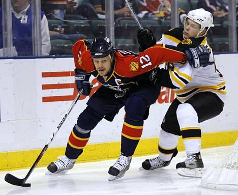 Florida Panthersin Olli Jokinen vauhdissa NHL-pelissä marraskuussa 2007.