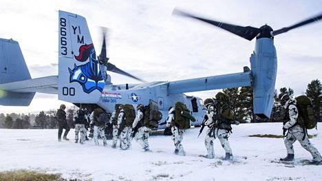 Saksalaisia joukkoja nousemassa yhdysvaltalaiskoneeseen Trident Juncture -harjoituksessa.