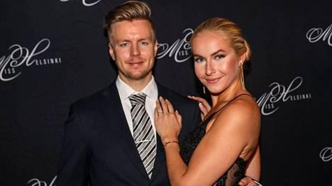 Miss Suomi 2018 Alina Voronkova ja jääkiekkoilija Joonas Hurri avioituivat viime kesänä.