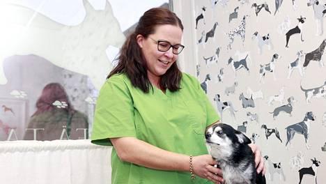 Tessa Björkqvist antaa hierontaa 9-vuotiaalle Lakulle.