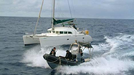 Espanjan turvallisuusviranomaiset pysäyttivät kokaiinikuljetuksen kesäkuussa 2005 Espanjan luoteisrannikolla. Poliisi otti kiinni kokaiinia kuljettaneessa katamaraanissa olleiden kolmen henkilön lisäksi muun muassa 11 henkilöä Galiciassa.
