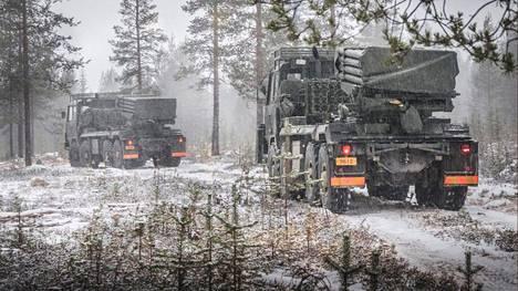 Kainuun prikaatissa palveleva varusmies kuoli, kun hänen kuljettamansa maastomönkijä kaatui aamulla liukkaassa rinteessä. Kuvassa kevyt raketinheitinpatteri Rovajärven maastossa Arctic Shield 18 -harjoituksessa 3. joulukuuta 2018.