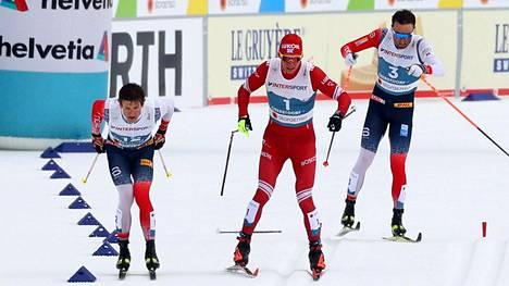 Oberstdorfin MM-kisojen 50 kilometrin kilpailun loppusuora kävi ahtaaksi Johannes Hösflot Kläbolle (vas.) Aleksandr Bolshunoville ja Emil Iversenille.