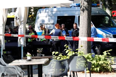 Poliisin tutkijoita paikan päällä.