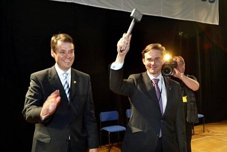 Jyrki Katainen puheenjohtajaksi Seinäjoen puoluekokouksessa 2004. Katainen sai puheenjohtajakisassa harvinaiset julkiset tuenosoitukset kokoomuksen ex-puheenjohtajilta Sauli Niinistöltä ja Ilkka Suomiselta.