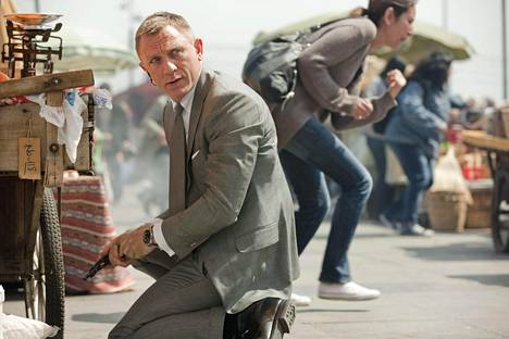 James Bond (Daniel Craig) lataa asettaan Bond-seikkailussa 007 Skyfall.