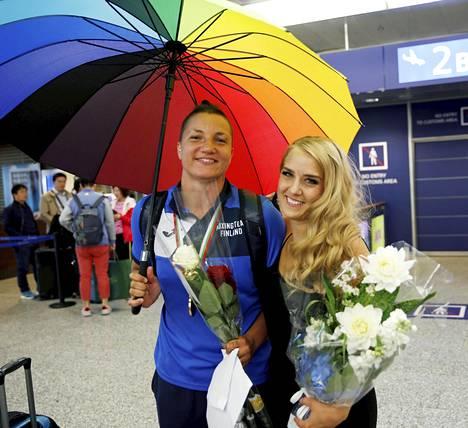 Elina Gustafsson kukisti kesäkuussa 69-kiloisten sarjan loppuottelussa Venäjän Jaroslava Jakushninan. Arvokisamitali oli hänen uransa toinen. Linnaan Gustafsson saapuu puolisonsa Emmi Asikaisen kanssa.