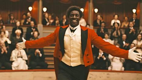 Omar Sy näyttelee 1800-luvun lopussa kuuluisaksi tullutta sirkusklovnia Chocolatia.