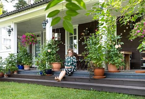 Takapihan vehreä terassi on Sari Rinteen lempipaikkoja kotona.