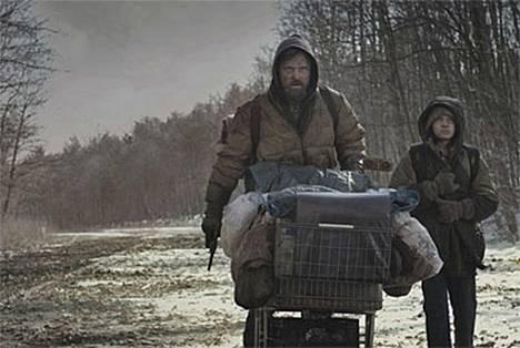 Matkalla ei mihinkään: Viggo Mortensen ja Kodi Smit-PcPhee elokuvassa Tie.