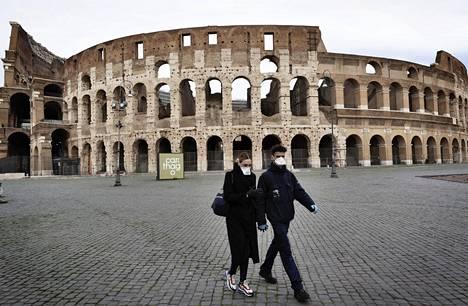 Turistit Rooman Colosseumin edessä.