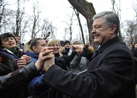Ukrainan istuva presidentti Petro Poroshenko tapasi kannattajiaan lauantaina Kiovassa.