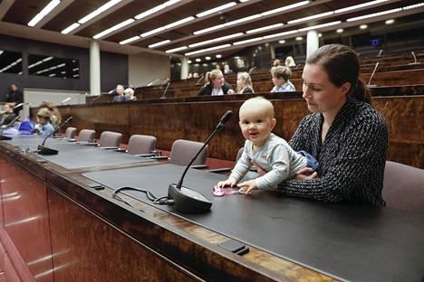 Marinin Emma-tytär vieraili eduskunnassa lapset töissä -päivänä viime vuoden marraskuussa.