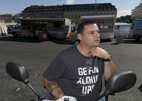 Kaksi kuoli ja kahdeksan haavoittui viime vuonna tapahtuneessa Turun puukkoiskussa. Hassan Zubier on yksi loukkaantuneista.