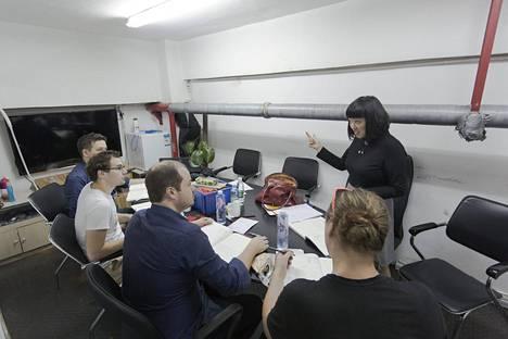 Suomalaiset työntekijät opiskelevat kiinaa kerran viikossa.