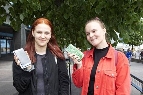 20-vuotiaat Maria Kangasniemi ja Frida Piuva kertovat katsovansa videoita älylaitteilla monta kertaa viikossa.
