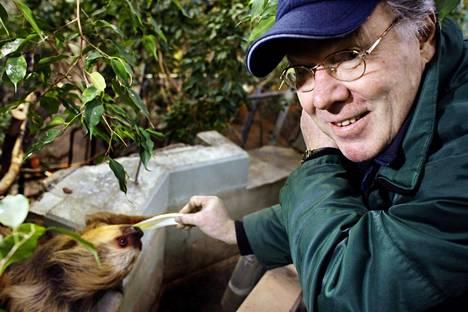 """Korkeasaaren silloinen pääopas Pertti Pöllänen arvelee, että """"tarhaporukka"""" on opettanut luonnonvaraiset linnut kaupunkilaisten tavoille. Kuvassa Pöllänen laiskiaisen kanssa Korkeasaaressa 2008."""
