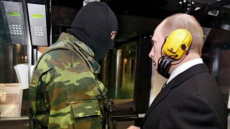 Presidentti Vladimir Putinin vieraili GRU:n päämajassa marraskuussa 2006. Salaperäistä tiedusteluorganisaatiota syytetään nyt kyberhyökkäyksistä länttä vastaan.