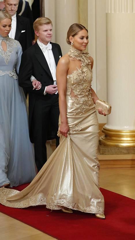 Salibandytähti Nico Salon naisystävä Janniina Alhon kultainen puku ei jäänyt keneltäkään huomaamatta.