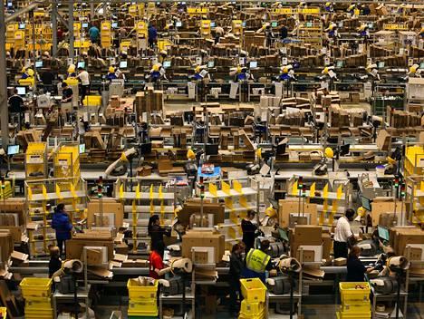 Verkkokauppa Amazonin työntekijät käsittelivät tilauksia Peterborough'ssa Britanniassa tiistaina.
