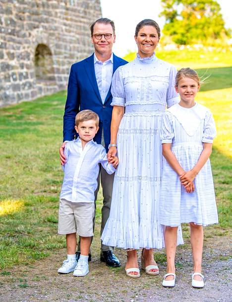 Kruununprinsessan perhe oli iloisella tuulella Borgholmin linnassa.