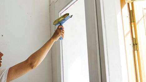 Kevät on ikkunanpesun kulta-aikaa. Kysyimme asiantuntijalta, mitkä ovat tyypillisimmät ikkunanpesuun liittyvät virheet.