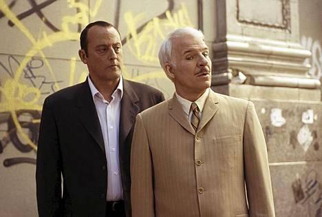 Steve Martin ja Jean Reno näyttelevät Vaaleanpunaisessa pantterissa etsiväpari Jacques Clouseauta ja Pontonia.