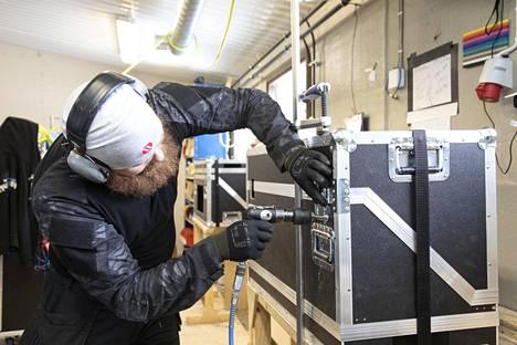 Case Makersin työntekijä Janne Kurtti työn touhussa.