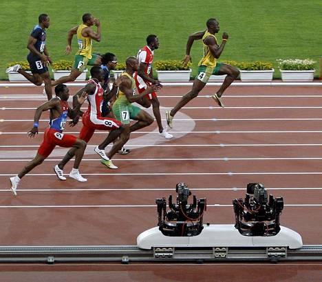 Usain Bolt karkuteillä Pekingin olympiafinaalissa.
