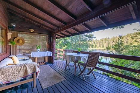 Tontilla on myös pieni aittarakennus ja päämökissä tupa-keittiö ja sauna. Ostajaehdokkaita on käynyt tässäkin myyntikohteessa.