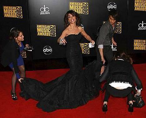 Jättimäinen laahus ja liian tiukka puku vaikeuttivat Paula Abdulin poseerausta punaisella matolla.