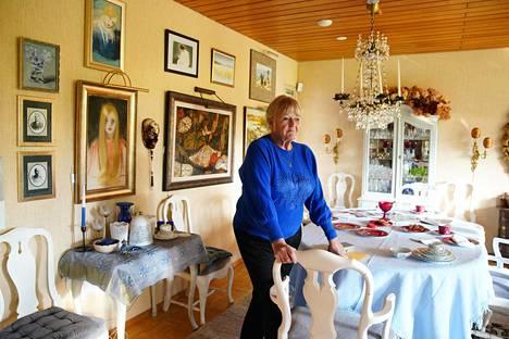 Anna-Karina Pohto-Annanpalo asuu yhä Espoossa. Kodin ruokapöytä ja katossa roikkuva kristallikruunu ovat kuuluneet Korpilinnan alkuperäiseen sisustukseen.