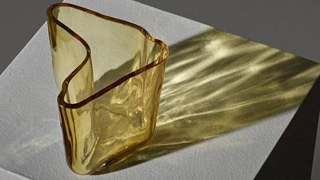 Näitä keltaisia maljakoita tehtiin vain 5–10 kappaletta, mikä selittää osaltaan 55000 euron hintaa.