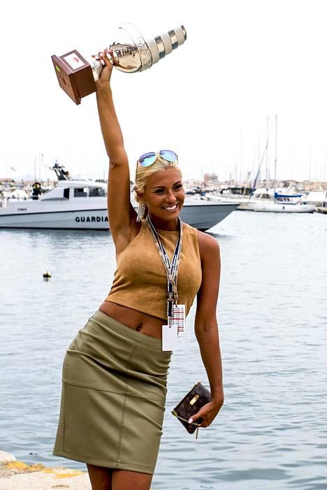 Kuvat Maisa Torpasta pitelemässä pokaalia Italiassa Sardiniassa kesäkuussa levisivät kansainvälisissä kuvatoimistoissa.
