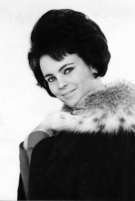 Paula Koivuniemi uransa alussa vuonna 1966. Perhonen-kappale oli Koivuniemen ensimmäinen hitti.