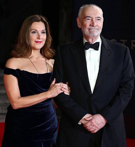 Barbara Broccoli ja Michael G. Wilson tuottamansa 007 Spectre -elokuvan maailmanensi-illassa Lontoossa vuonna 2015.