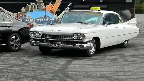 Cadillac Sedan DeVille on vuosimallia 1959. Elvis Presley ajeli samanlaisella autolla Yhdysvalloissa.