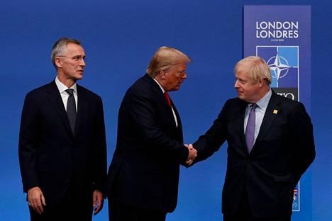 Trump kätteli pikaisesti Johnsonia ennen kuin kätteli kuvassa vasemmalla olevaa Jens Stoltenbergiä.
