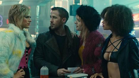 Krista Kosonen on mukana Blade Runner 2049:n kohtauksessa, jossa hän sekä Mackenzie Davisin ja Elarica Johnsonin näyttelemät prostituoidut tapaavat Ryan Goslingin näyttelemän poliisin.