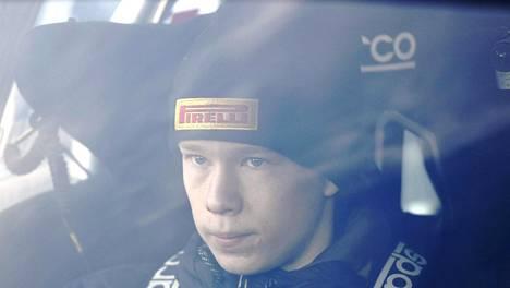 Kalle Rovanperä tykittää pohja-aikoja SM-rallissa.