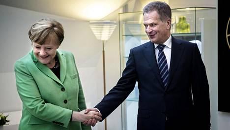 Presidentti Sauli Niinistö ja liittokansleri Angela Merkel Mäntyniemessä 2015. Niinistö muistaa kysyneensä Merkeliltä EU:n yhteisestä puolustuksesta jo kymmenisen vuotta sitten.